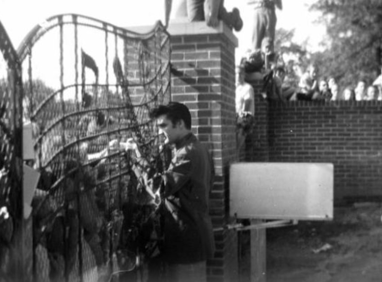 Early Elvis at Gate with fans 3